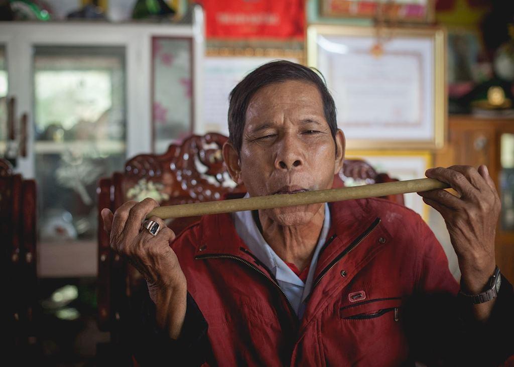 War veteran playing bamboo instruments in Bho Hoong