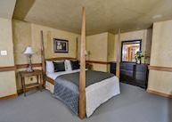Guest master bedroom, Totem Chalet
