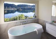 Executive suite bathroom, Solitaire Lodge