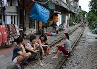 Life along the railway, Hanoi