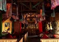 Lara Djonggrang Bar, Tugu Lombok
