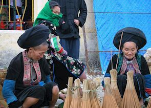 Dao Ao Dai women selling brooms