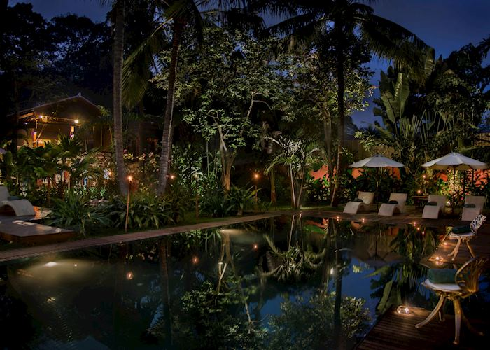 Maison and pool at night