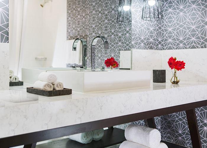 Kimpton Hotel Palomar bathroom