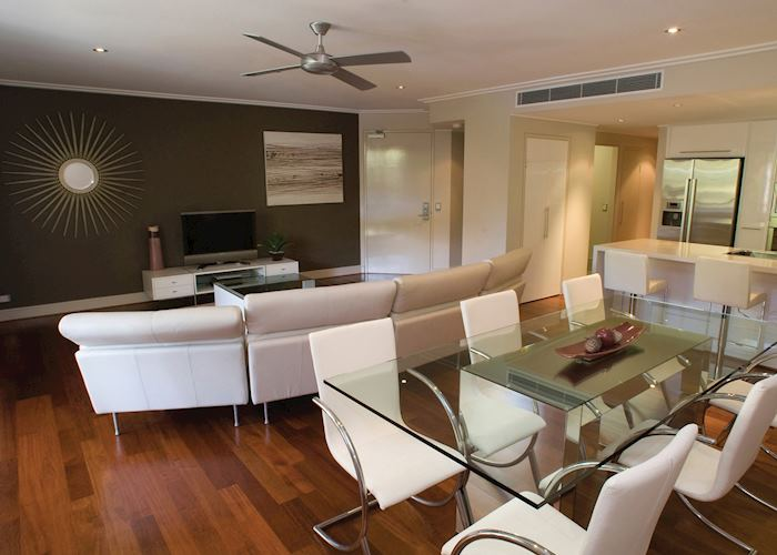 Living and dining area, Executive Apartment, The Mandalay and Shalimar Apartments, Port Douglas