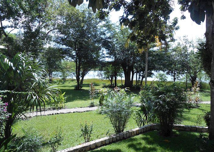 Lakeside garden, Villa Maya, Flores
